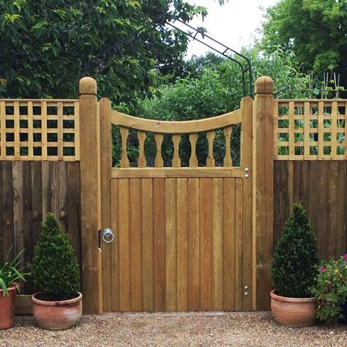 Single Windsor gate heavy frame scalloped top
